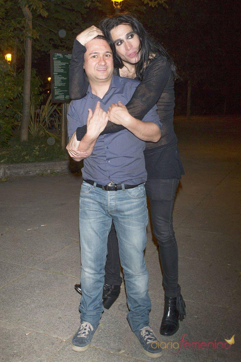 El actor Secun de la Rosa posa con Mario Vaquerizo en el 50 cumpleaños de Alaska