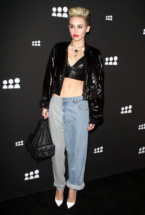 Miley Cyrus, con la tripa al aire, muestra su look más original