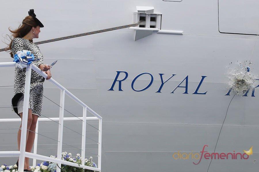 Kate Middleton, embarazada, inaugura un barco