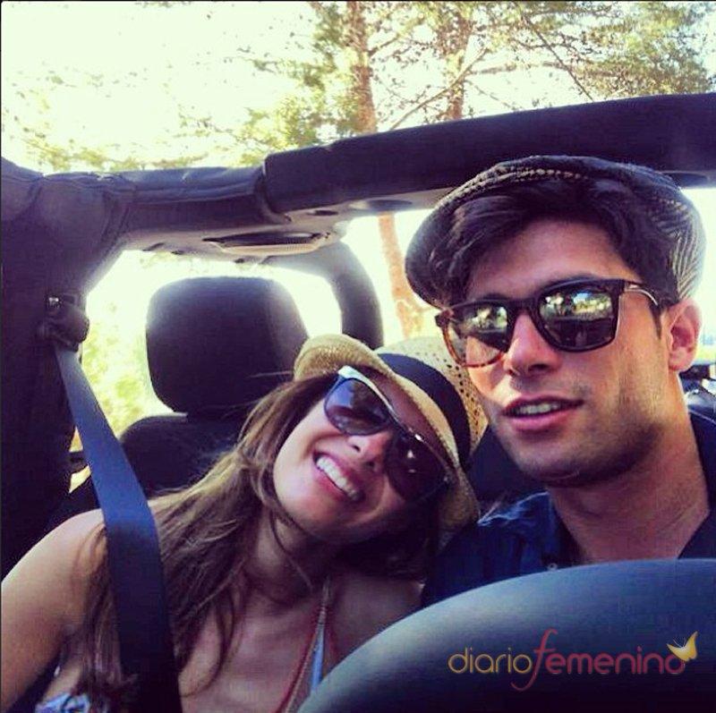 Jessica Bueno y Jota Peleteiro posan para sus fans en un coche