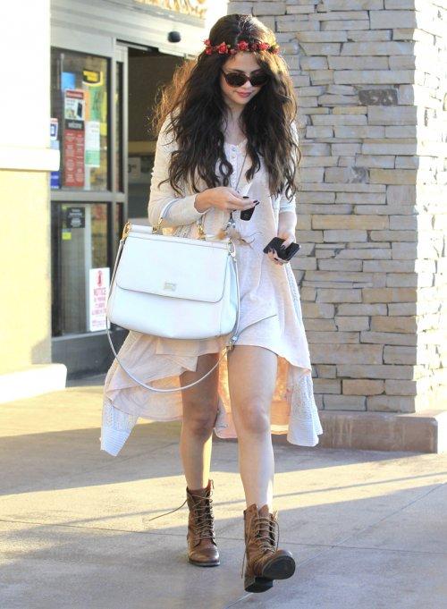 El look más flower power de Selena Gomez, la chica se vuelve hippie