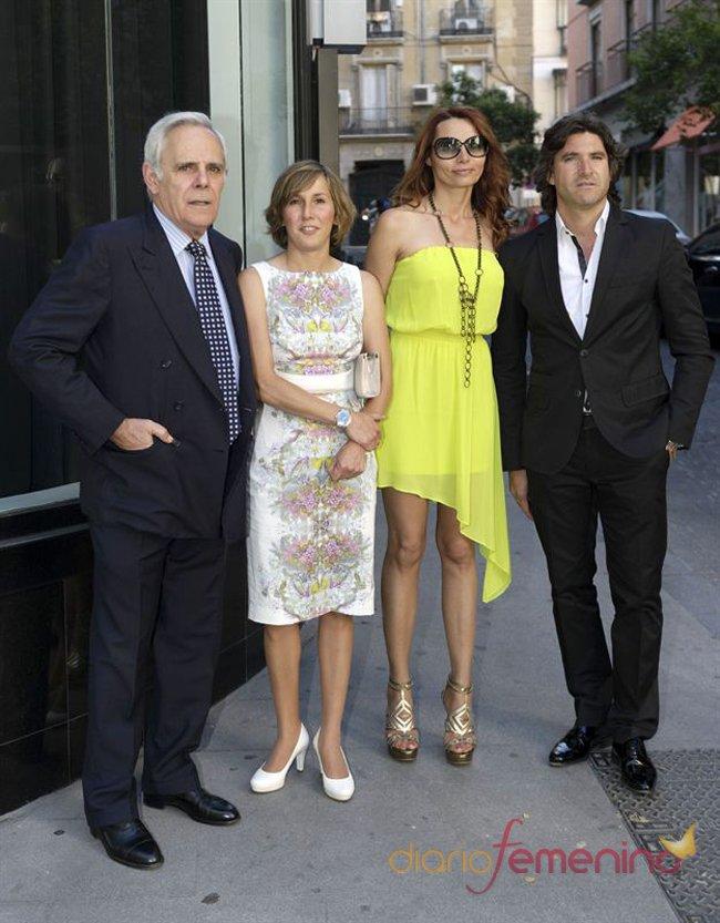 El look de Toño Sanchís y Jimmy Giménez Arnau en la boda de la directora de 'Sálvame Deluxe'