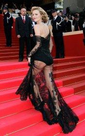 La impresionante modelo Eva Herzigova, también con transparencias
