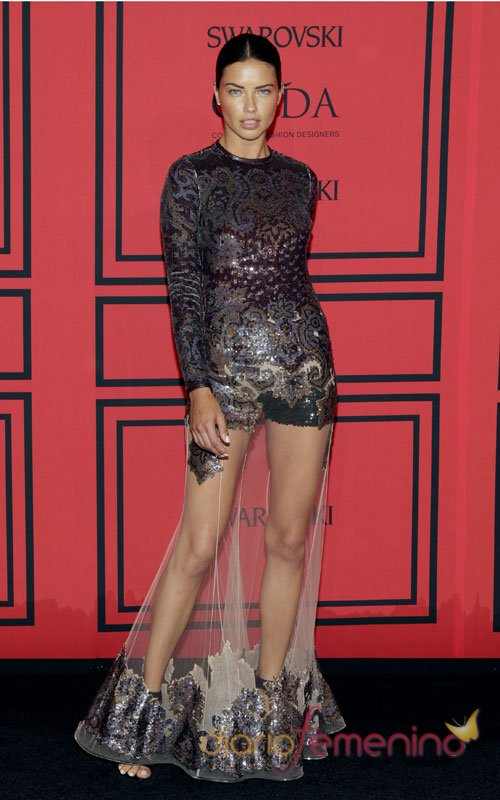 Adriana Lima, impresionante como siempre, con un vestido transparente