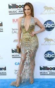 Jennifer López envuelve sus curvas en transparencias