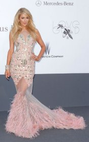 Paris Hilton, siempre provocativa con un vestido transparente rosa