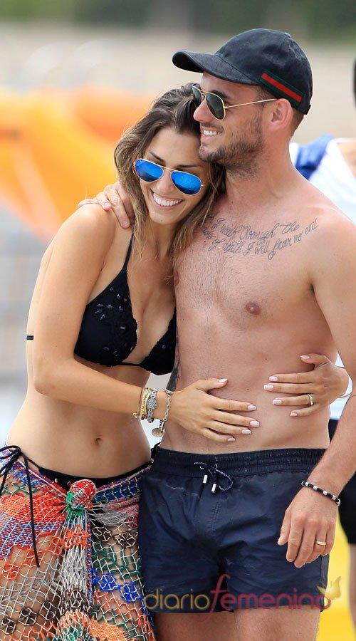 Wesley Sneijder, sin camiseta y con su chica en Ibiza