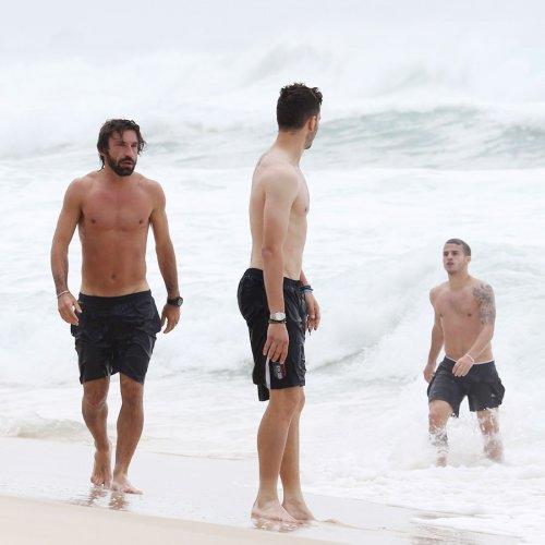 Pirlo, Italia y los cuerpos desnudos en la playa