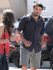 El actor de 'Tierra de Lobos' Álex García, fumando junto a su chica