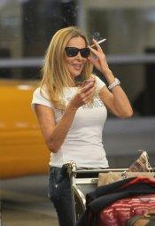 Ana Obregón, fumando en el aeropuerto