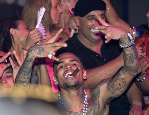 Chris Brown, el cantante más polémico, fumando un puro en un concierto