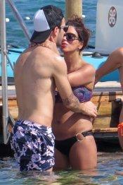 El beso de Cesc Fàbregas y Daniella Semaan en las playas de Ibiza