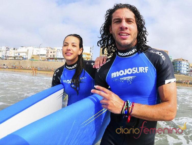 Sonia Walls y Kristian de GH 14 aprovechan el buen tiempo para practicar surf en Canarias