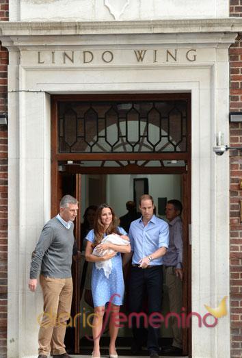 Los duques de Cambridge abandonan el hospital con su bebé
