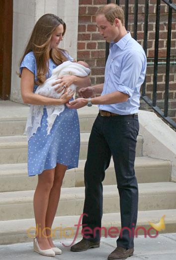 La feliz pareja, Kate Middleton y Guillermo de inglaterra, posa con su primer hijo