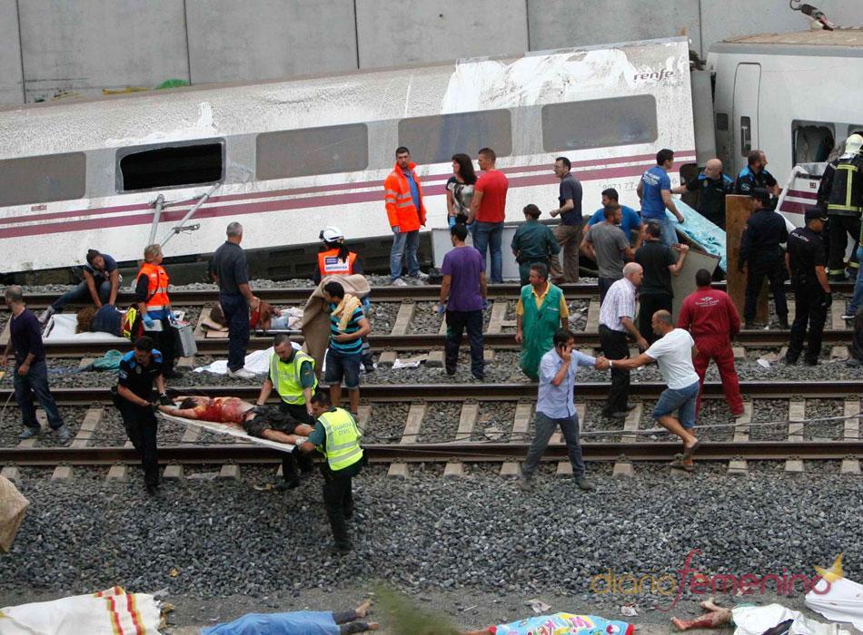 Labores de rescate en el accidente de tren Alvia Madrid-Ferrol que descarriló ayer con 220 personas a bordo