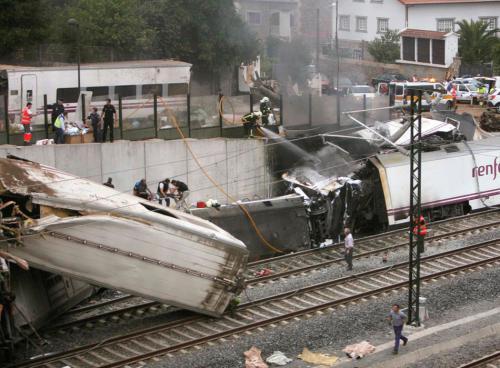 Los trece vagones del convoy descarrilado ayer en el tramo Madrid-Ferrol, con al menos, 77 muertos