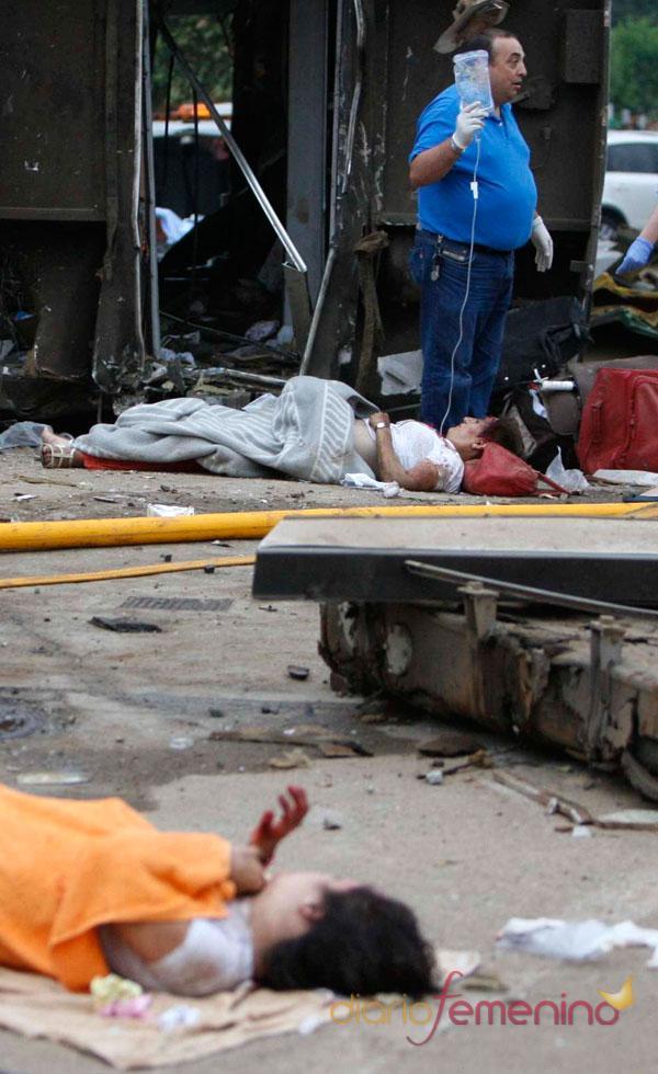 Los equipos de emergencia atienden a los heridos, más de 140, tras el descarrilamiento de un tren en Galicia.