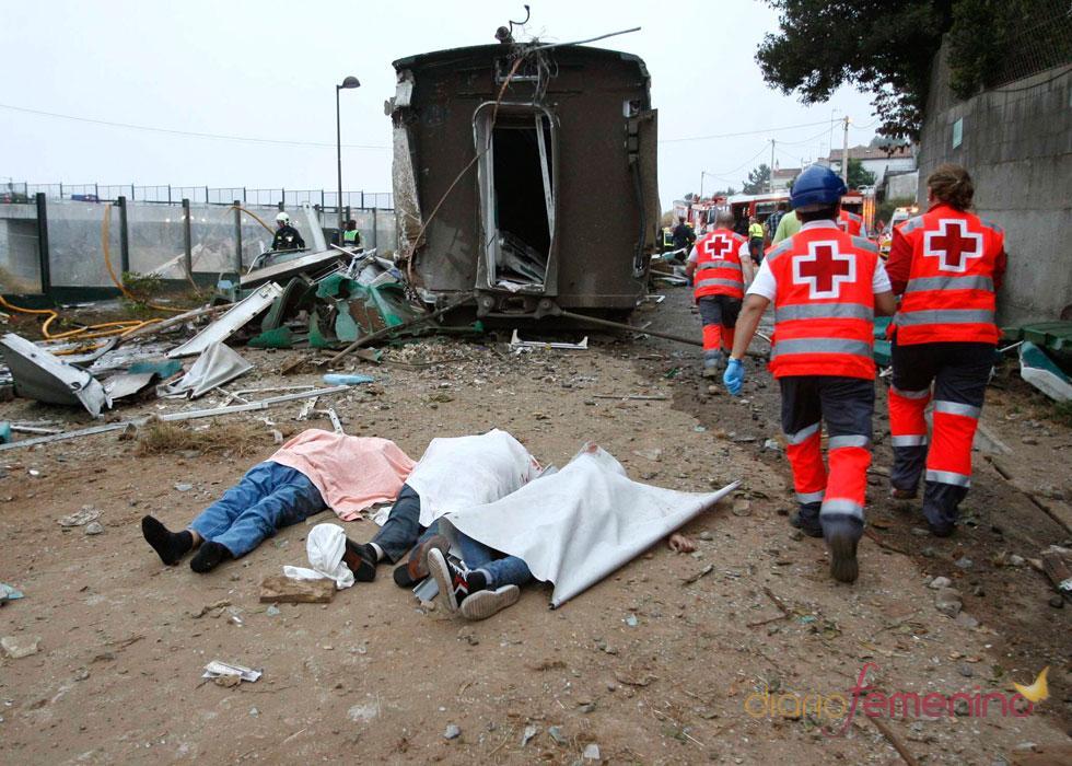 Los fallecidos yacen en las vías del tren tras el descarrilamiento del convoy con, al menos, 77 muertos