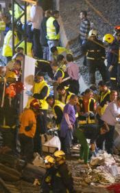 Los equipos de rescate y vecinos socorren a las víctimas del accidente de tren en Galicia