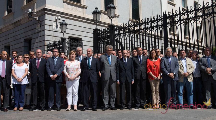 Minuto de silencio de los políticos por el accidente de tren en Galicia