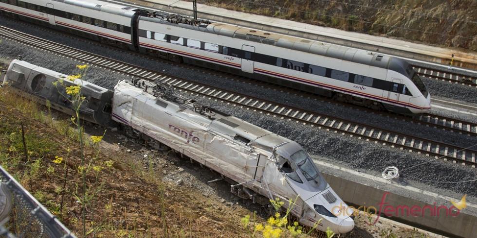 Los trenes ya están circulando junto al tren accidentado en Santiago