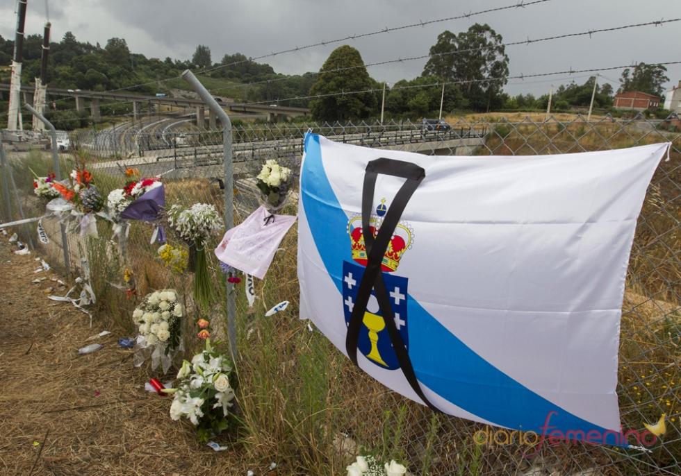 Recuerdos a los fallecidos en el accidente de tren en Santiago