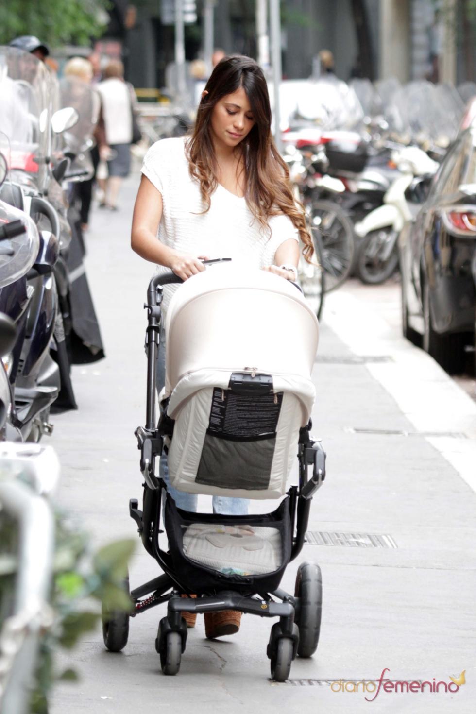 Antonella Roccuzzo disfruta paseando con Thiago, su hijo con Leo Messi