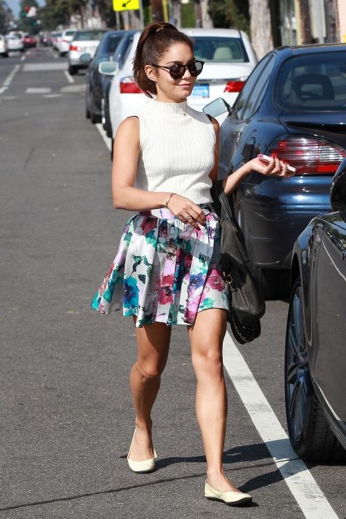 Vanessa Hudgens se viste de verano y opta por una falda de estampado floral