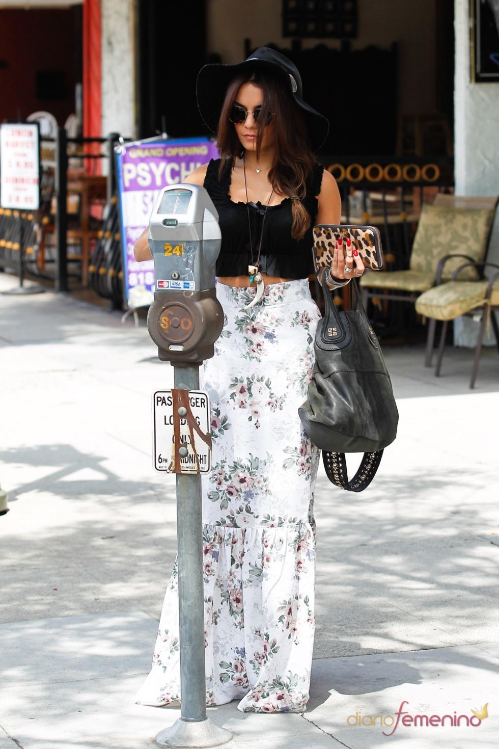 Vanessa Hudgens muy elegante hasta en el parquímetro