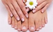 Manicura y pedicura natural, uñas de manos y pies perfectas