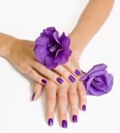 Uñas violetas, una manicura que siempre gusta