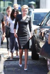Miley Cyrus se enfunda su vestido de cuero más ajustado