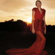 Miley Cyrus está impresionante con este elegante vestido rojo para Harper's Bazaar