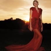 Miley Cyrus está impresionante con este elegante vestido rojo para Harper's Bazaar