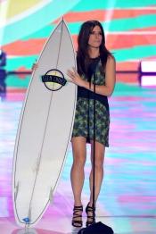 Sandra Bullock con vestido corto para los Teen Choice Awards 2013