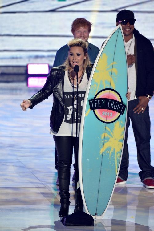 Demi Lovato, de chica dura con cuero en los Teen Choice Awards 2013