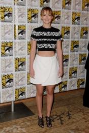 Jennifer Lawrence con un top corto y una falda estampada