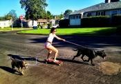 Marie Avgeropoulos, la novia de Taylor Lautner, se lo pasa bien con sus mascotas