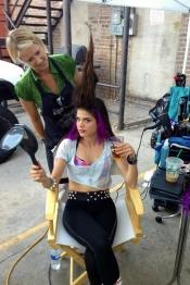 Marie Avgeropoulos, la novia de Taylor Lautner, con un look un tanto extraño