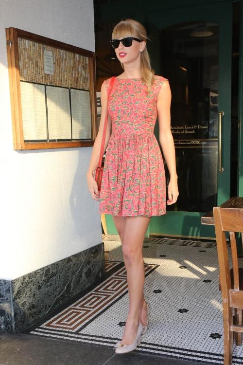 Taylor Swift, fiel a su estilo de niña buena, con un vestido muy veraniego