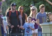 David y Victoria Beckham con sus hijos Brooklyn y Cruz en Disneyland