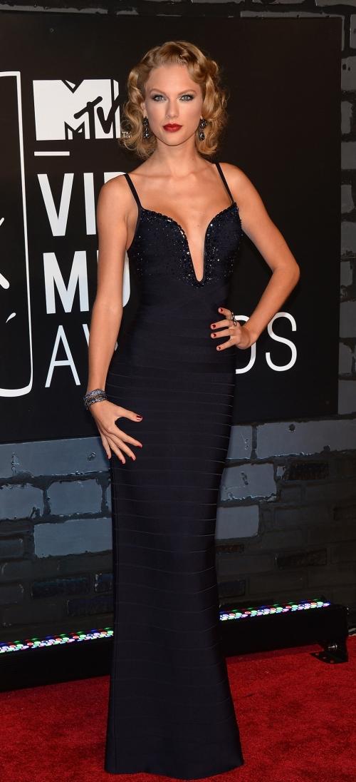 Taylor Swift en los premios MTV VMA 2013 con un elegante vestido negro