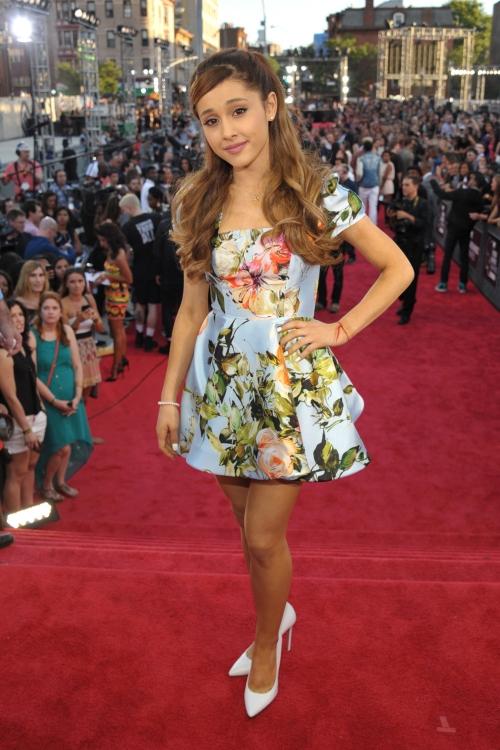 Ariana Grande en la alfombra roja de los MTV VMA 2013