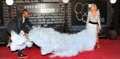Rita Ora necesitó ayuda en la alfombra de los MTV VMA 2013