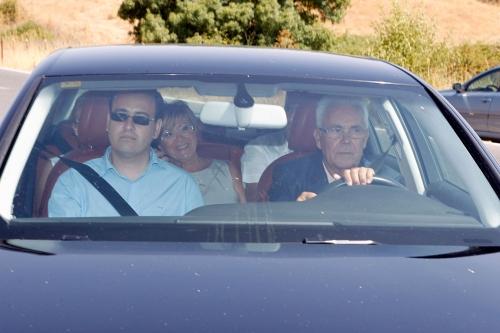 Los padres de María José Campanario, José y Remedios, llegando a la comunión de Julia en Ambiciones