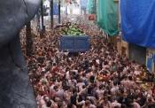 Tomatina de Buñol: El camión de los tomates intenta avanzar entre la multitud
