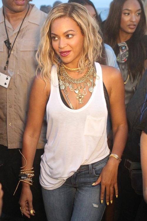 Beyoncé, muy informal pero siempre con collares