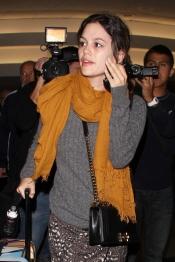 Rachel Bilson sin maquillaje a su llegada al aeropuerto
