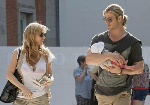 Elsa Pataky y Chris Hemsworth con su hija India por Madrid